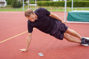 mann macht sport mit einer trainings-app..