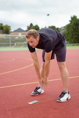 sportler dehnt sich vor dem training