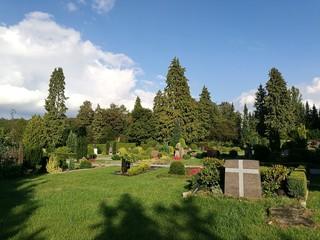 Parklandschaft mit üppigem Grün auf dem Friedhof in Oerlinghausen bei Bielefeld im Teutoburger Wald in Ostwestfalen-Lippe