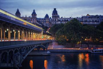 Fototapete - Bir-Hakeim bridge at night in Paris