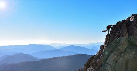kayalıklara tırmanan dağcı & sıradağlar