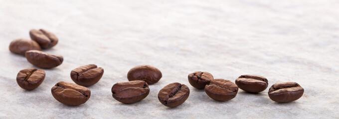 Kaffeebohnen auf heller Granitplatte, Makro, Panorama