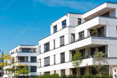 white modern townhouses seen in berlin germany stockfotos und lizenzfreie bilder auf fotolia. Black Bedroom Furniture Sets. Home Design Ideas