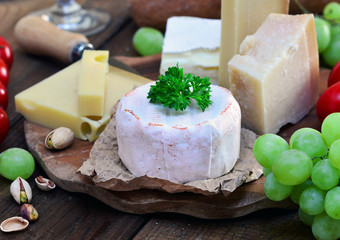 Käseplatte, Rustikal angerichtet auf Holztisch