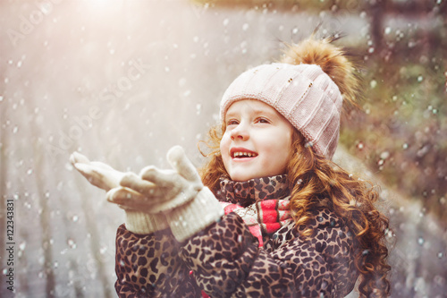 Cute little girl stretches her hand to catch falling - Catch de fille ...