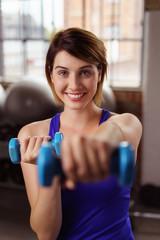 frau trainiert mit kleinen gewichten