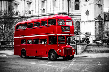 Zelfklevend Fotobehang Londen rode bus London's iconic double decker bus.