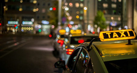 nachts warten Taxis auf Fahrgäste