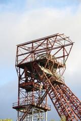 alter Kohleförderturm im Hochformat
