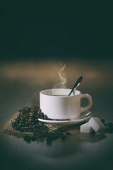 Poster Coffee bar grains de café avec tasse blanche