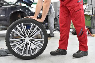 Reifenwechsel beim Auto in der Werkstatt // tire change at the car in the garage