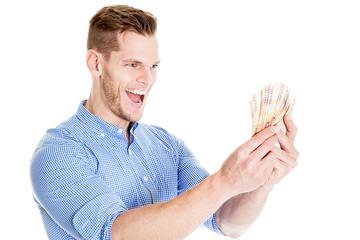 Junger Geschäftsman gewinnt viel Geld