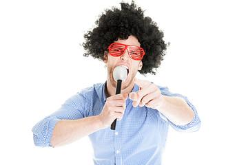 Verkleideter Mann mit Mikrofon macht lustiges Foto mit Fotobox Fotoautomat Photobooth
