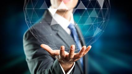 Geschäftsmann mit holografischer Kugel aus Polygonen