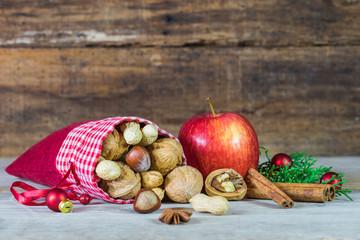 Adventszeit Nüsse Apfel Weihnachten Dekoration