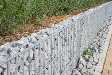 Mauer aus Gabionen im Garten
