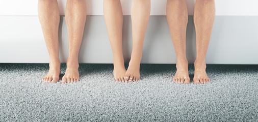 Tre coppie di piedi nudi amante o tradimento