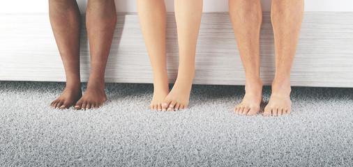 Tre coppie di piedi di etnie diverse o tradimento