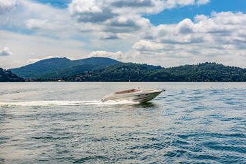 Speedboot ohne Fahrer auf Lago Magiore