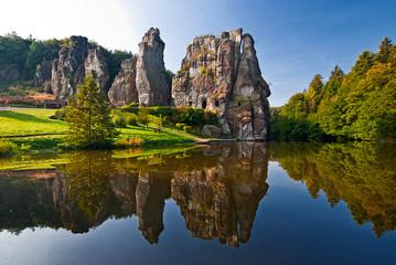 Die Externsteine mit See vor dem Teutoburger Wald