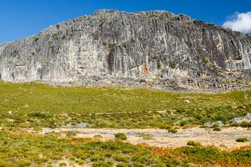 Paisaje con paredes verticales de roca. Peña Canales. Sierra de la Cabrera, Pozos, León.