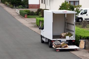 Umzugstransporter mit leerer Ladefläche und vielen Decken