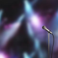 Microfono su asta sul palco da concerto render 3d
