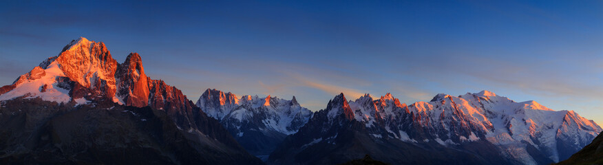 Photo sur Plexiglas Alpes Panorama of the Alps near Chamonix, with Aiguille Verte, Les Drus, Auguille du Midi and Mont Blanc, during sunset.