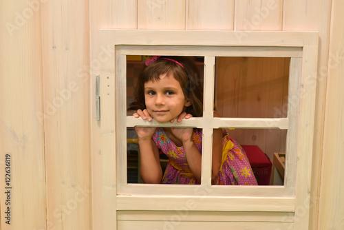 имеет фото девушки выглядывает с окна форточки факт