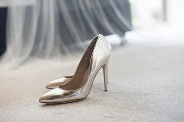560c17ac Seksowne buty damskie na obcasie błyszczą ustawione na dywanie