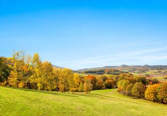 Herbstlandschaft und blauer Himmel als Hintergrund