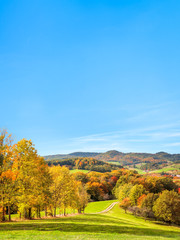 Landschaft im Herbst als Hintergrund