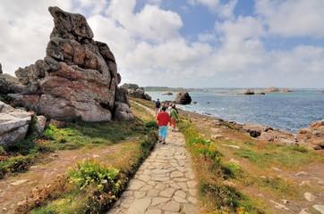 Un groupe de personnes pratique la randonnée sur le sentier du gouffre à Plougrescant en Bretagne