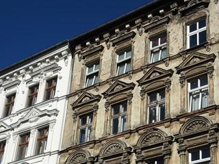 Berlin: Sanierter und unsanierter Altbau nebeneinander