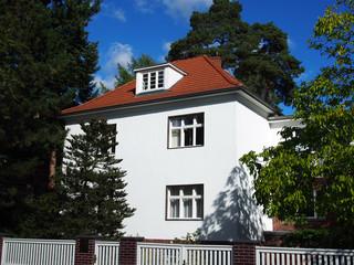 Mehrfamilienhaus am Stadtrand, Walmdach mit Gaube