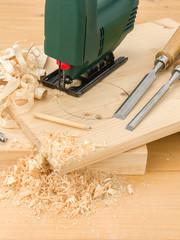 Stichsäge auf Holzbrett
