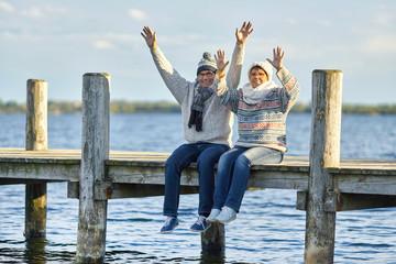 Spaß an kalten Wintertagen, lachendes Seniorenpaar im Winter