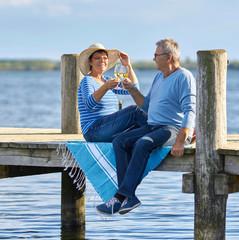 Senioren trinken Wein am Steg, Ausflug zum See