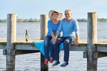 Seniorenpaar macht ein Picknick am See