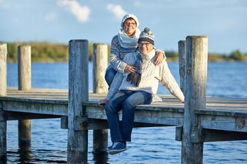 kalter Wintertag am See, Senioren genießen einen Ausflug zum See