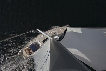 Yacht, segelnd, aus dem Mast fotografiert