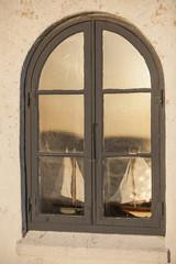 Fenster mit Segelbootmodellen