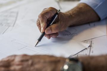 Mann skizziert, Detailaufnahme