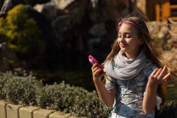 Fototapeta Śliczna dziewczynka przegląda się w lusterku. obraz