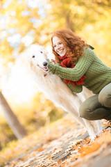 Frau mit Hund im Park