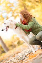 Frau mit Hund im Wald