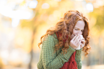 erkältete Frau im Herbst