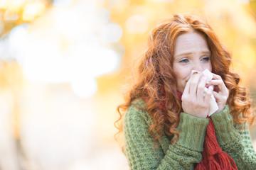 Frau mit Erkältung im Herbst