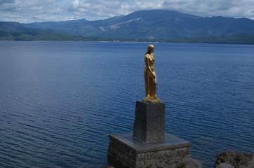 田沢湖のたつこ像と秋田駒ヶ岳