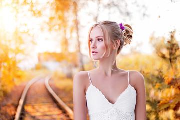 Junge Frau mit natürlich, romantischem Make-up und Styling, Herbst, Sommer
